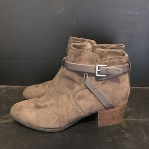 Brown short buckle boots